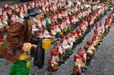 По дороге в Карловы Вары продавали вот такие фигурки для украшения приусадебных участков.