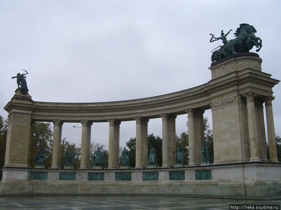 Одна из двух колоннад