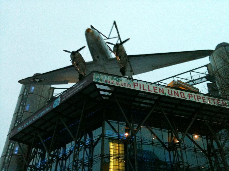 Так выглядит Немецкий технический музей: на крыше уютно расположился бомбардировщик.