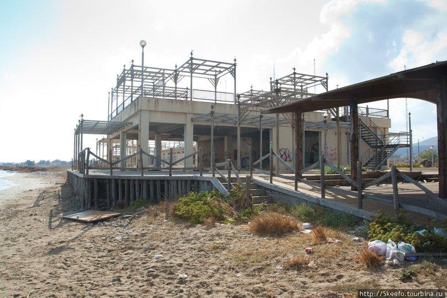 на самом берегу, на пляже, где могли бы купаться люди стоит вот это строение :(