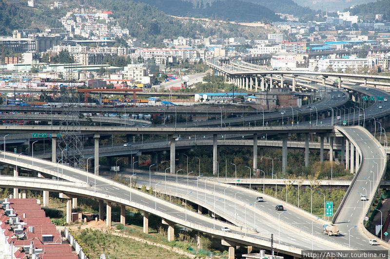 Город нам показал самые дикие дорожные развязки. Издалека похожи на американские горки.