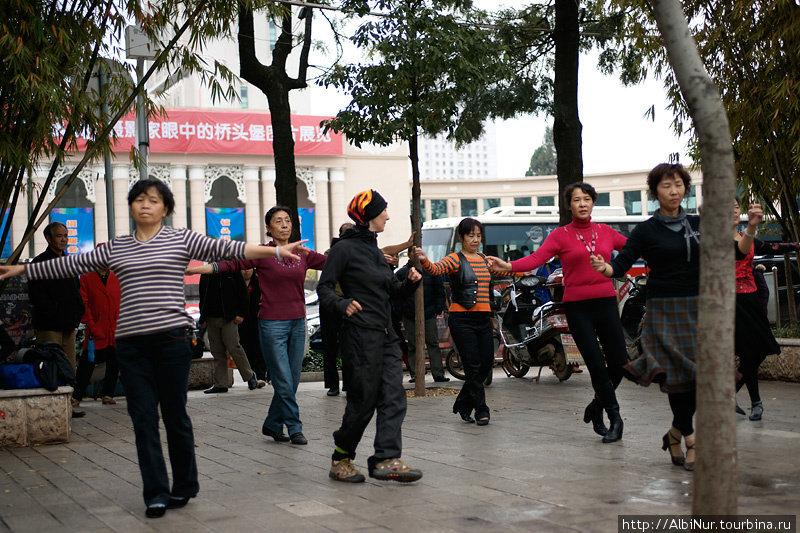Китайцы любят танцевать в парках. Эти женщины знают связки наизусть, сложно с ходу попасть в ритм. Танцуют, кстати, под