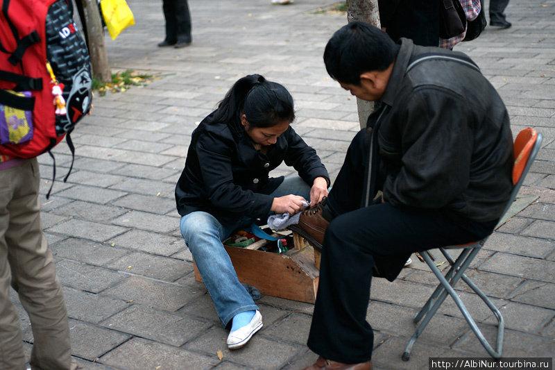 Люди со странными профессиями вскользь отмечаются на улицах города, и лишь позднее понимаешь — для нас это всё занятия из прошлого. Например: чистильщик обуви, ну, или точильщик ножей, скажем.