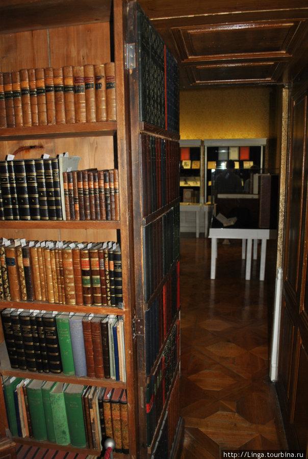 Дверь в следующий зал — это тоже книжный шкаф.