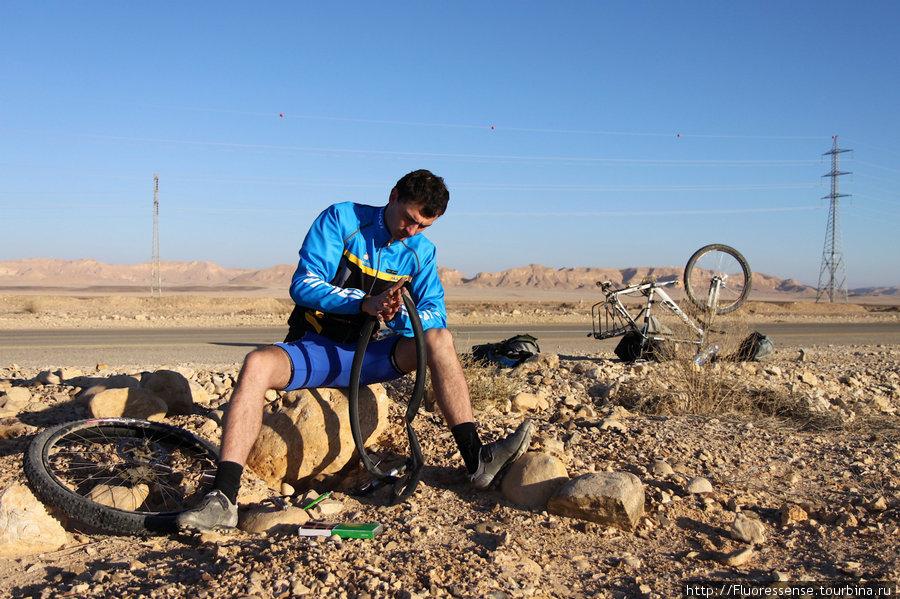 Починка колеса на трассе между Mitzpe Ramon и киббутцем Lotan. Израиль пока бъет рекорды по проколам.
