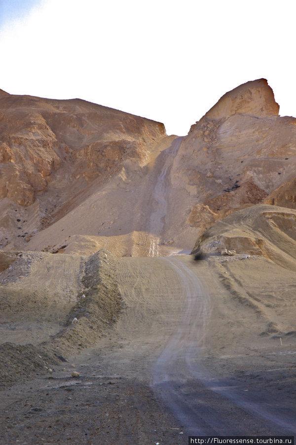Рельеф на нашей нефтяной дороге. Сюда может заехать только хеммер, судя по всему. Подъем с велоспедами и грузом занял не менее часа.
