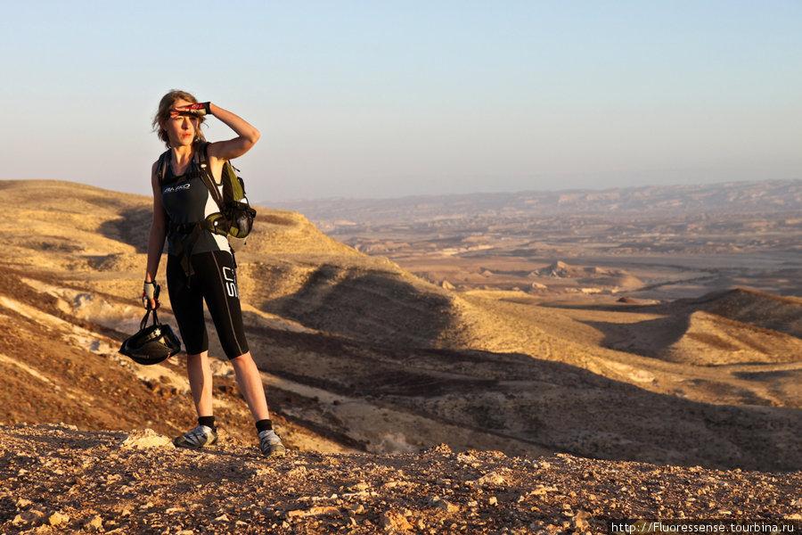 В самом конце трека выезжаем на плато, откуда выдается поразительный вид на долину. Тут мы провожаем Солнце и едем в лагерь ужинать.