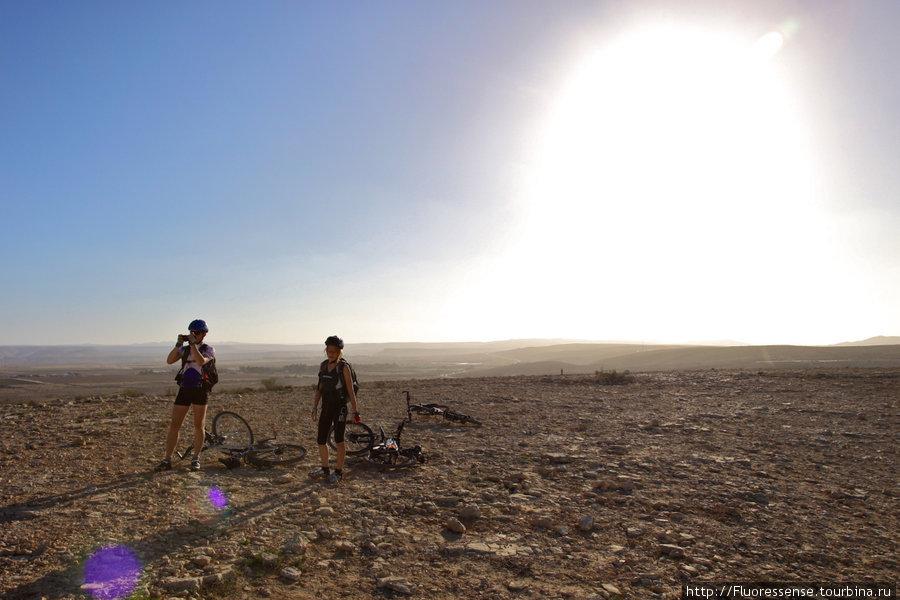 Самое лучшее время в пустыне — часов 5 вечера. Уже не жарко, но еще не чувствуется ледяного дыхания ночи, а косые лучи светила зажигают золотом горные породы. Местами, на земле блестят минералы.