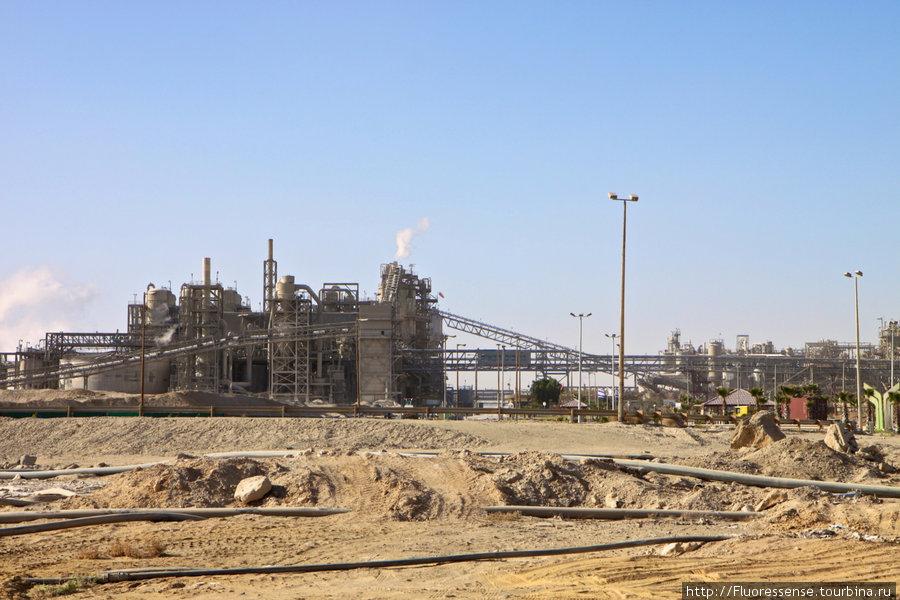 Неожиданно масштабная промышленность в пустыне. Это — лишь фрагмент, порой эти стальные джунгли тянуться километры.
