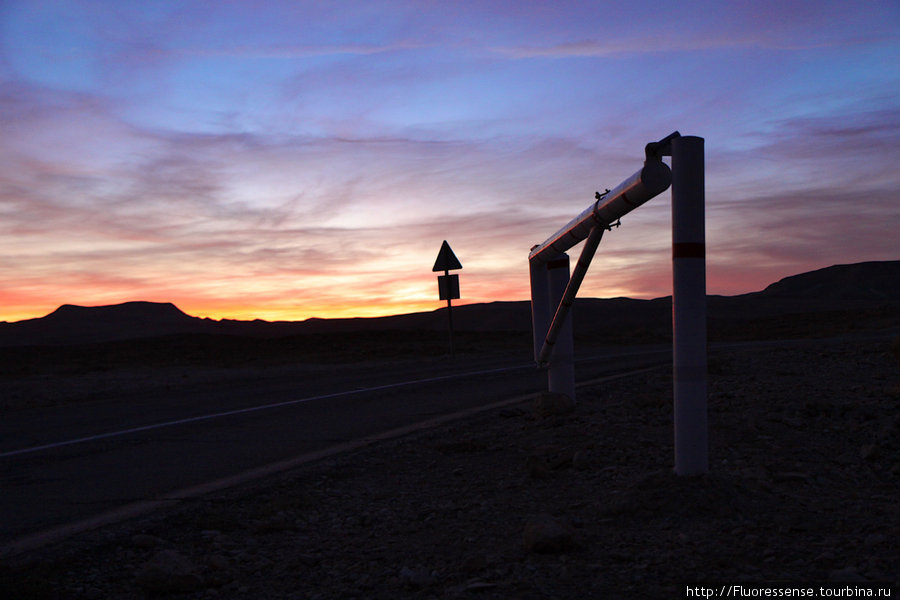 Темнее быстро, но, пока мы не забрались вглубь пустыни, ночи относительно теплные, хоть и заметно свежеет.