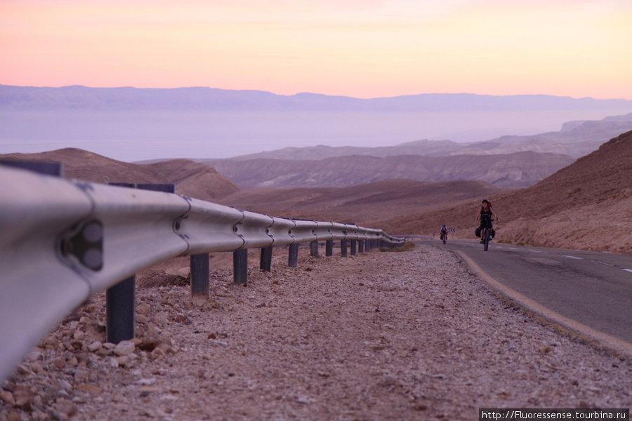 Движение не быстрое — максимум 8-10 км/ч по серпантину, на крутых