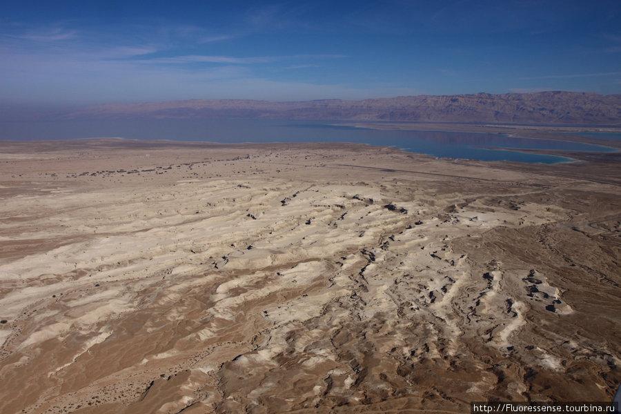 Вид из Масады на северо-восток. По рельефу земли видно, что в те редкие дни, когда здесь бывают осадки, вода может сносить все на своем пути.