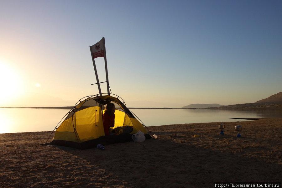 Прекрасное раннее утро в Эйн Бокек. Курорт еще спит, только самые ярые самооздоровители бегают и принимают соленые ванны.