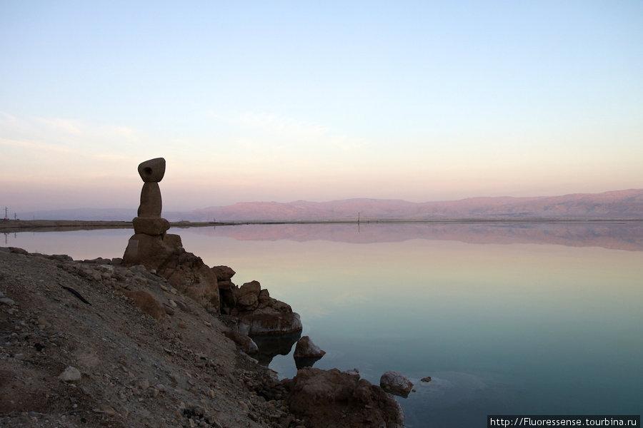 Догорающий закат, отражающийся на горах и идеальной, как стекло водной глади. Еще один креативный памятник.