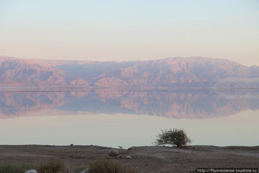 Закат на Мертвом море. На другой стороне — горы Иордании.