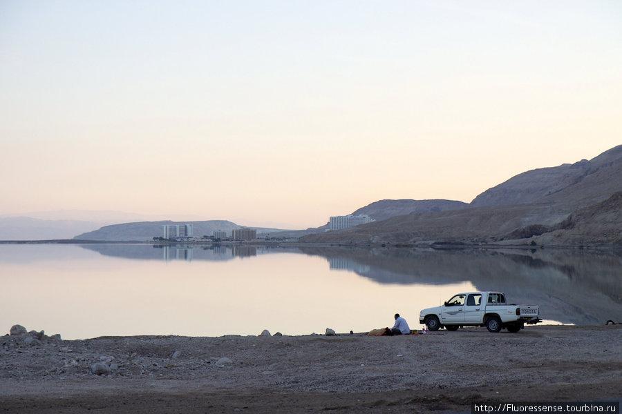 Мертвое море, конец дня. Местный житель пикникует на берегу. В далеке уже виднеется Эйн Бокек.