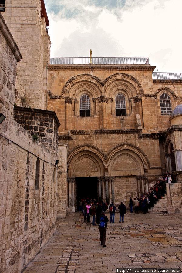 Храм Гроба Господня. Проблема Иерусалима с точки зрения туриста в том, что абсолютно все архитектурные сооружения находятся в чаще городской застройки, в бесконечном лабиринте улочек и домов.