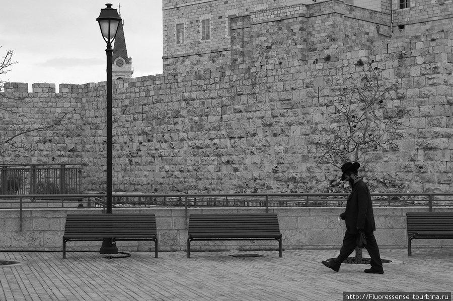 В Иерусалиме очень много людей носят национальные одежды и имеют соответствующую внешность и растительность на лице. Видно, что это не наряд, а просто повседневная одежда этих людей.