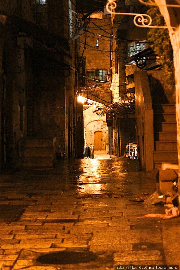 Ночью некоторые части старого города приобретают совсем зловещий вид.