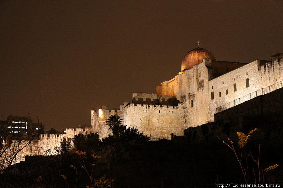Вид на стену старого города снаружи. Купол принадлежит мечети Аль-Акса.
