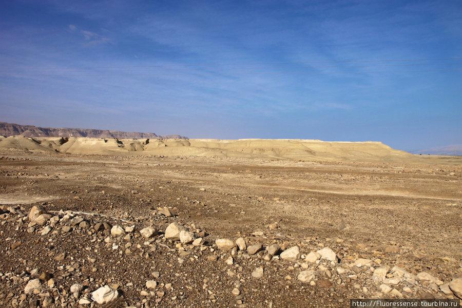 Жара за 30 градусов, нещадно жарит солнце. Плетемся к Масаде по шоссе вдоль Мертвого моря. Широкие обочины — это рай для велосипедиста.