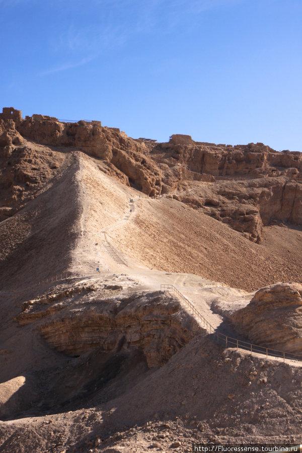 Тропа в Масаду. Она проложена прямо по земленому валу, которые римляне насыпали за несколько месяцев с использованием рабского труда местных людей. Это стало единственной возможностью взять крепость.