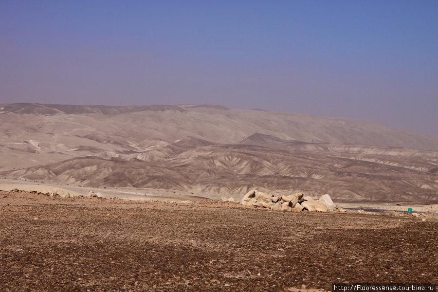 ... а по сторонам — вот это. Почему-то, в моем представлении, пустыня должна была выглядеть как песчаные барханы и гладь песка — но никак не горы.