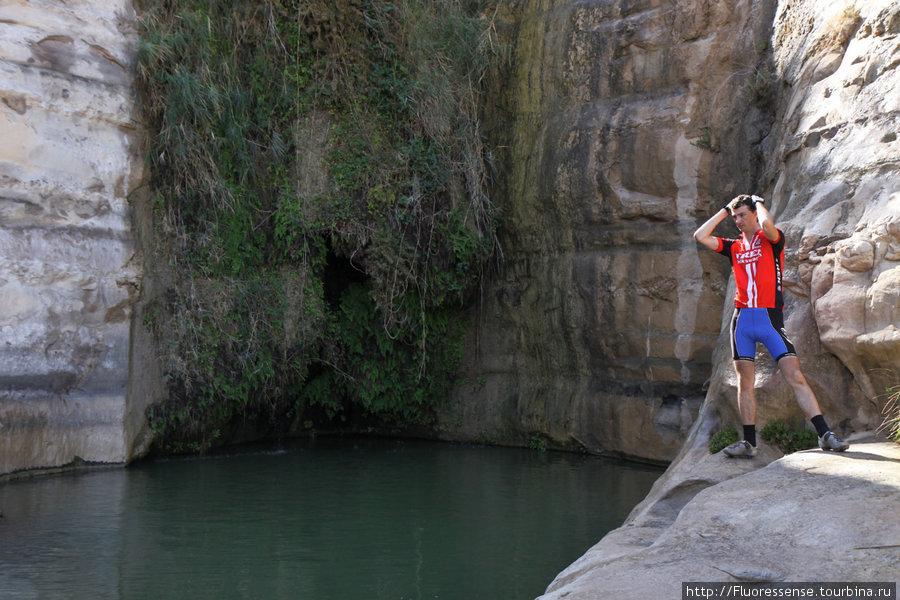 Эйн Окев — источник близ Сде Бокера. Сейчас от водопада остался лишь маленький капающий ручеек, но в дожди тут будет очень много воды.