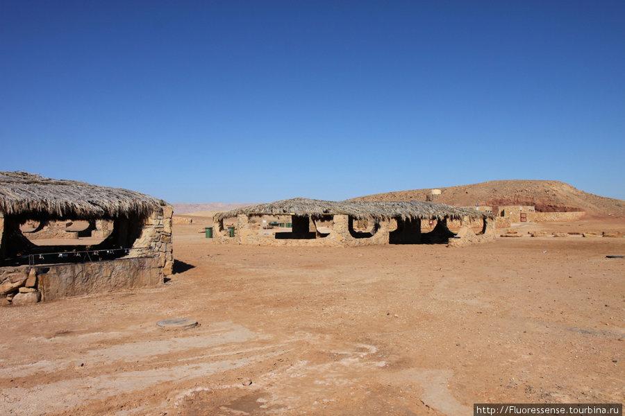 Кемпинг в кратере Рамон. Палатки можно ставить прямо внутри этих строений. В теплый сезон, тут, должно быть, много туристов, так как это — центр экотуризма.
