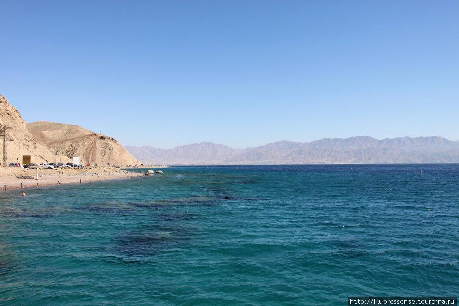 Лазурная рябь Красного моря. Вдалеке — уже Иордания, город Акаба.