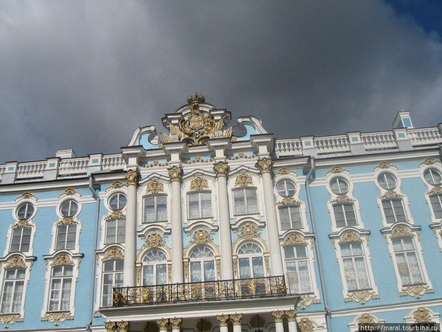 Символы имперского величия над парадным входом Екатерининского дворца