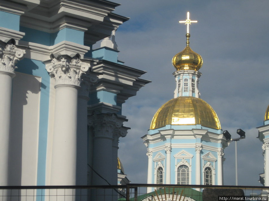 Над северным корпусом Екатерининского дворца возвышаются золочёные главы церкви Воскресения Христова