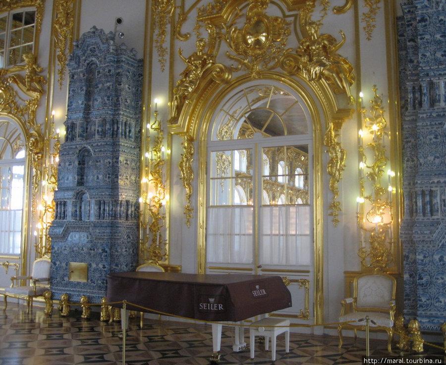 Анфиладное расположение залов Ф.Б. Растрелли вводил и в других дворцах, но в Царском Селе протяженность парадных комнат равнялась длине всего здания. Антикамера