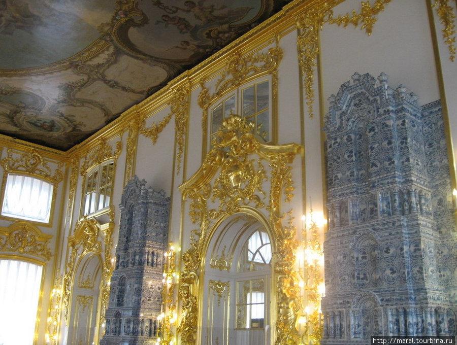Созданная Ф.Б.Растрелли в Екатерининском дворце парадная анфилада, декорированная золочёной резьбой, получила название «золотой»