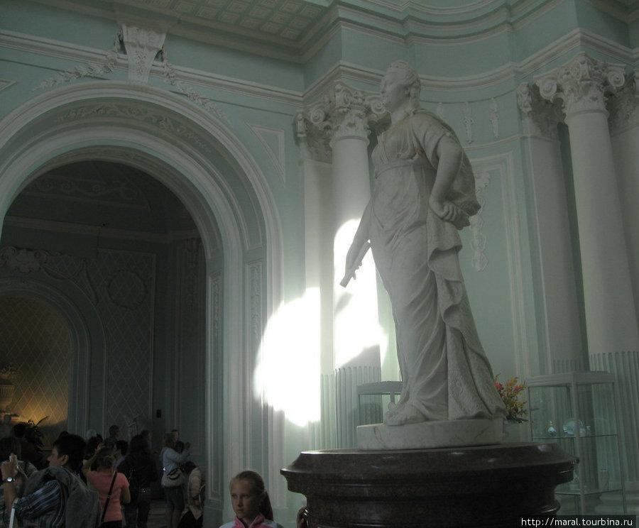 Памятник Екатерине I, установленный по заказу её дочери — императрицы Елизаветы Петровны в павильоне