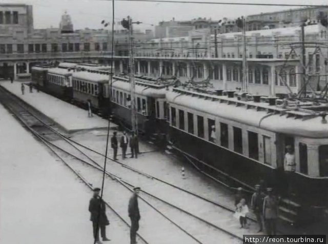 Так выглядели вагоны первых бакинских и советских электричек. Вероятно, это вокзал Баку