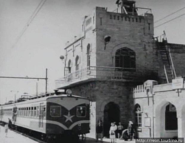 Станция Сураханы в 50-х годах XX века. У перрона стоит электропоезд уже другого поколения — серии С