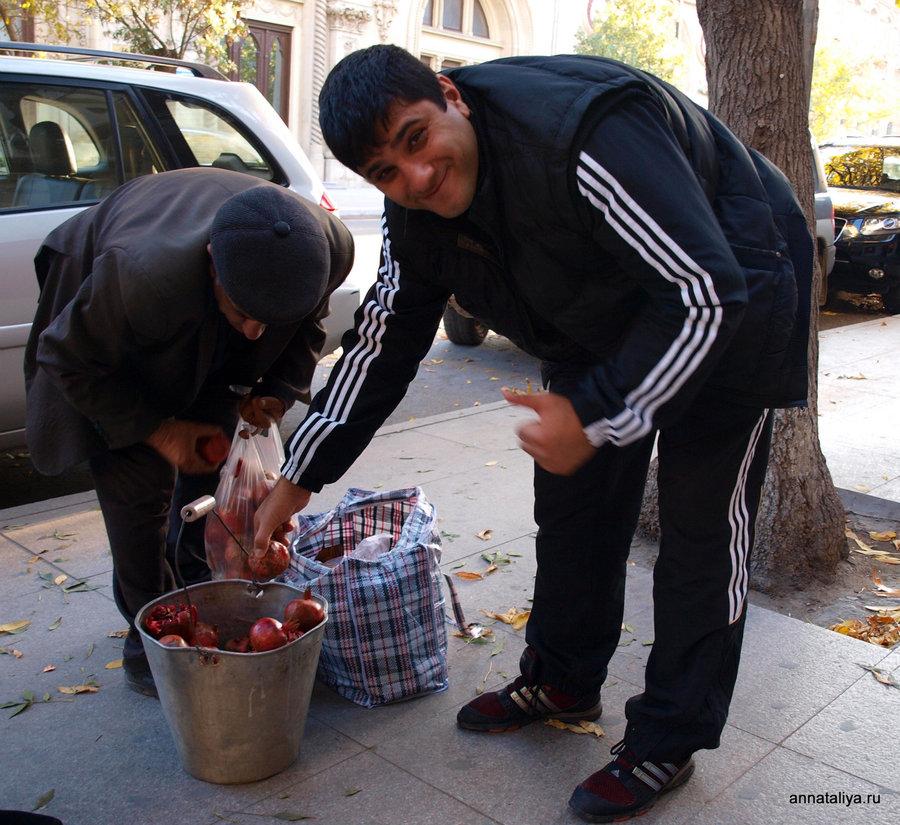 Торговля гранатами в центре Баку