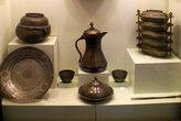Старая посуда в витрине музея в Токате
