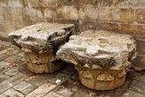 Фрагменты античных колонн во дворе мечети