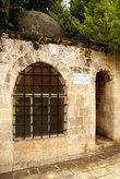 Гробница на берегу священного пруда