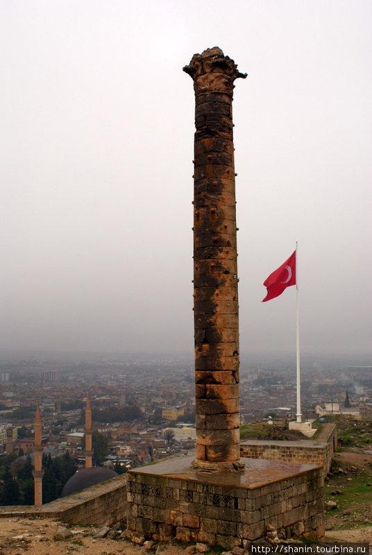 Коринфская колонна и турецкий флаг Шанлыурфа, Турция