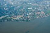 Вид из самолета на окраины Манилы. Это не океан, это здоровое озеро. Между этим озером и морем находится Манила