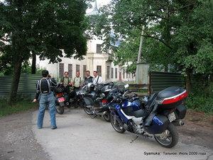 Мотоциклисты выключили двигатели, сняли шлемы, маски и куртки. Поздоровались.  Они разговаривали  на польском.