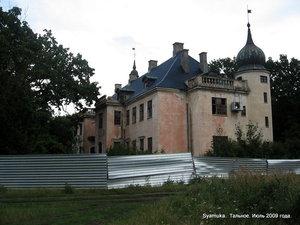 Замок довольно хорошо сохранился, и ни в коем случае не выглядит руинами.