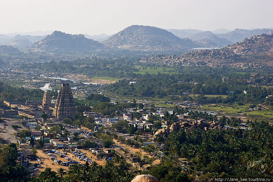 на самом верху Матанга Хилл — вид на храм Вирупакши