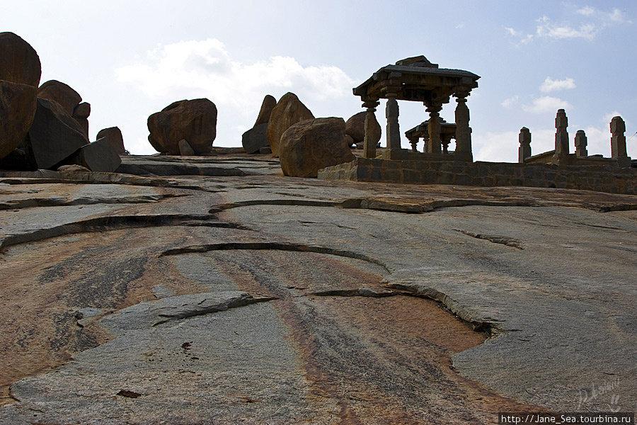 около храма Вирупакши