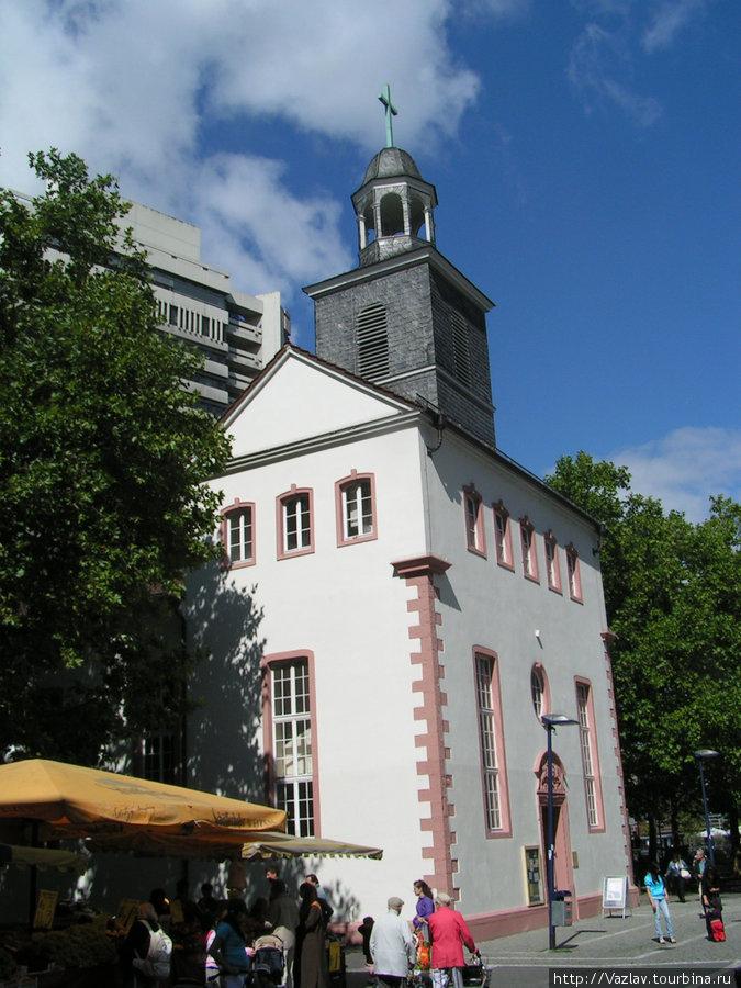 Боковой вид на здание
