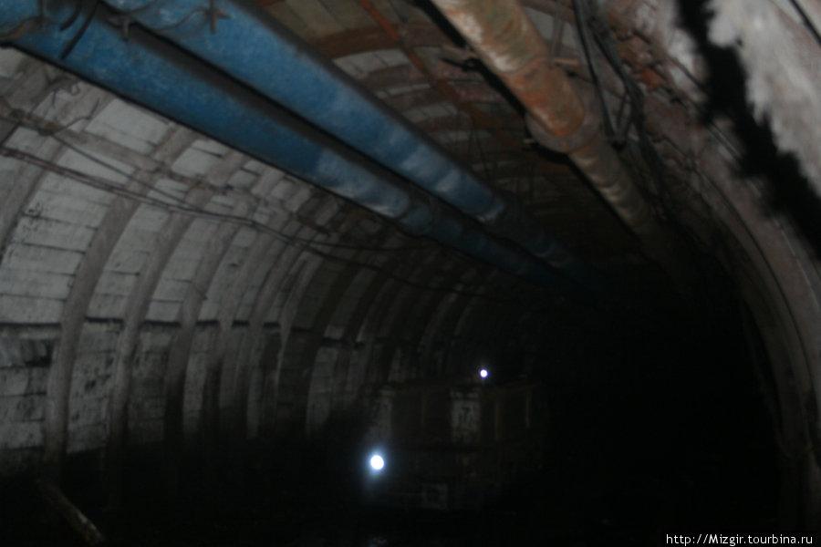 Подземные коммуникации: по ним подаются в шахту воздух и вода
