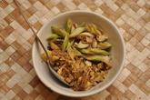 В ту смесь, что мы готовили, кроме мелко наструганного свежего корневища имбиря (см. в нижней части кадра) включили побеги цитронеллы (англ. lemongrass', см. вверху), с ароматом, напоминающим мелиссу.